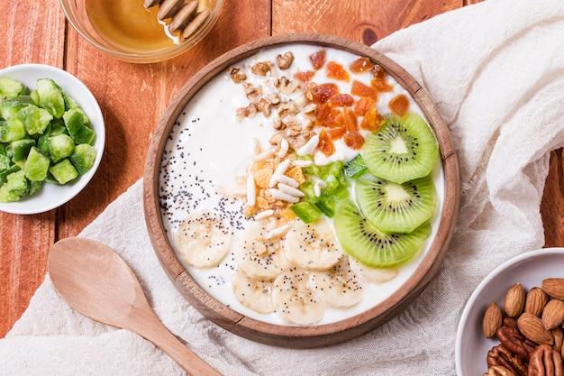 Vista superior saludable tazón de desayuno con frutas y avena