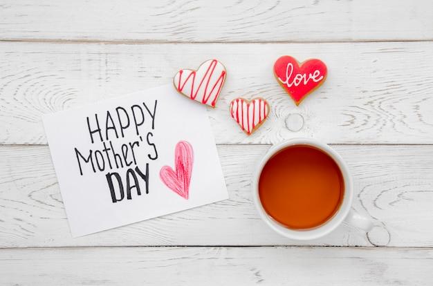 Vista superior saludo del día de la madre en la mesa
