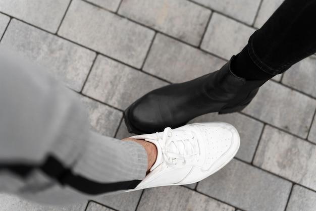 Vista superior de saludos alternativos de golpe de pie