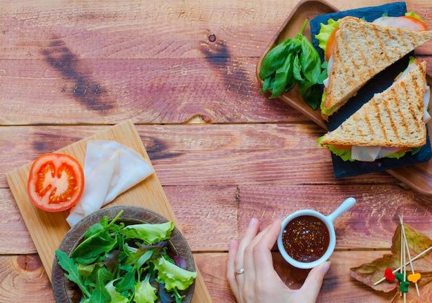 Vista superior de sandwich saludable sobre un fondo de madera