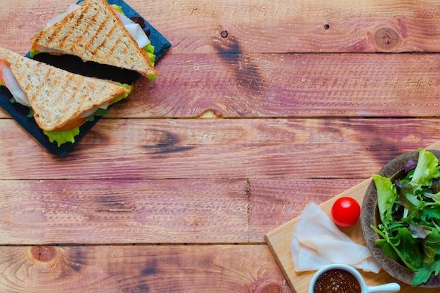 Vista superior de sandwich saludable, sobre un fondo de madera