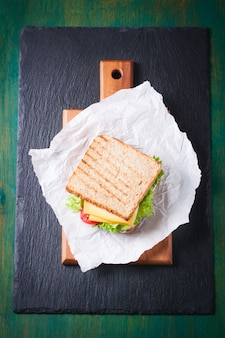 Vista superior de sándwich tostado con queso