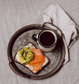 Vista superior de sándwiches de desayuno con salmón y aguacate