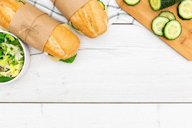 Vista superior de sándwiches con pepino y ensalada