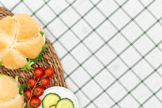 Vista superior de sándwiches con tomate y espacio de copia