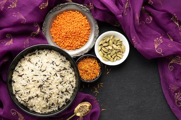 Vista superior de sari y comida india.