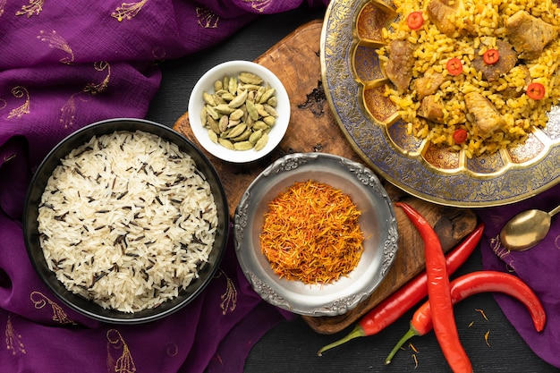 Vista superior sari indio y comida