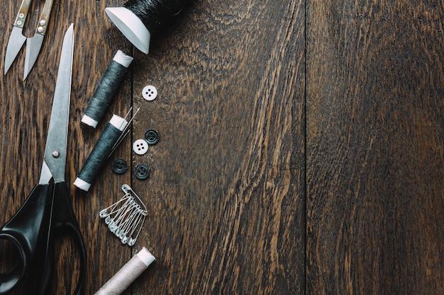 Vista superior de sastre artículos sobre fondo de madera con copia espacio.