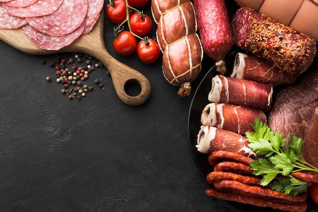 Vista superior selección de carne fresca en la mesa