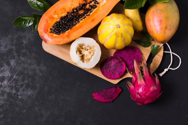 Vista superior selección de frutas exóticas sobre la mesa