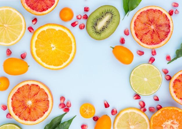 Vista superior selección de frutas orgánicas sobre la mesa