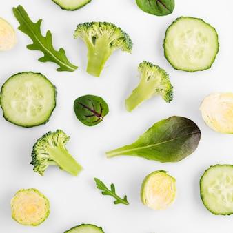 Vista superior selección de rodajas de pepino y brócoli