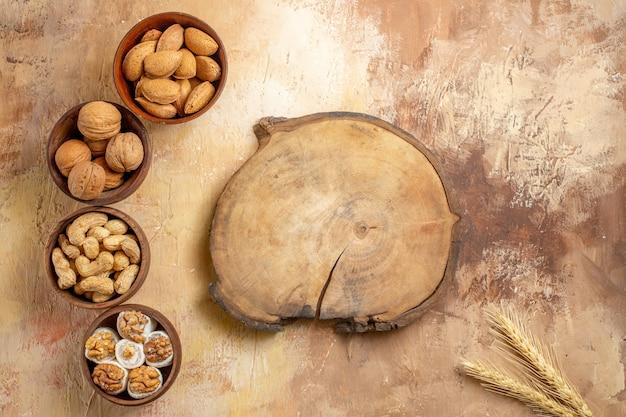 Vista superior de semillas frescas forradas en un escritorio de madera