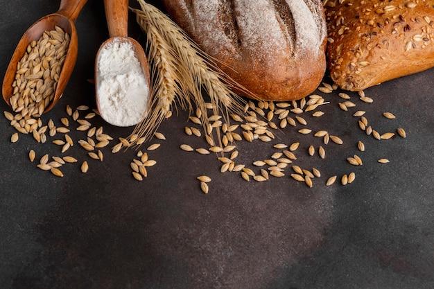 Vista superior de semillas de trigo y cuchara de harina