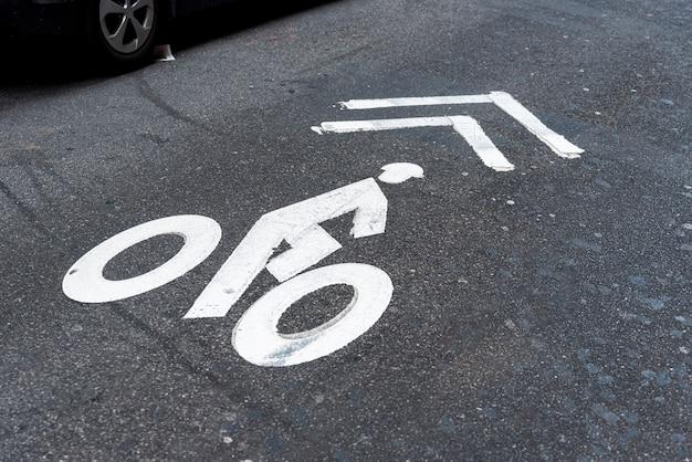Vista superior de la señal de carretera de bicicleta