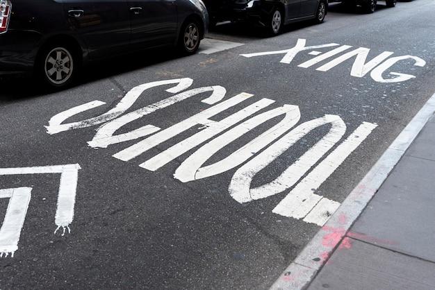 Vista superior de la señal de tráfico escolar