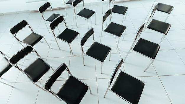 Vista superior. sillas en una sala de conferencias vacía. foto con espacio para texto