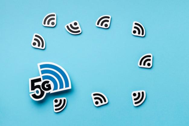 Vista superior de los símbolos de wi-fi con 5g