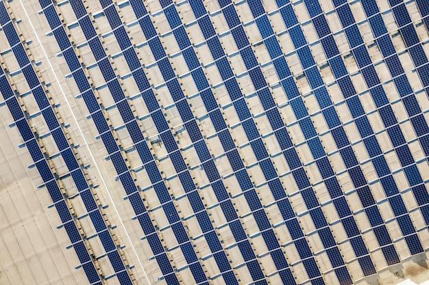 Vista superior del sistema de paneles fotovoltaicos fotovoltaicos brillantes azules produciendo energía renovable resumen de antecedentes.