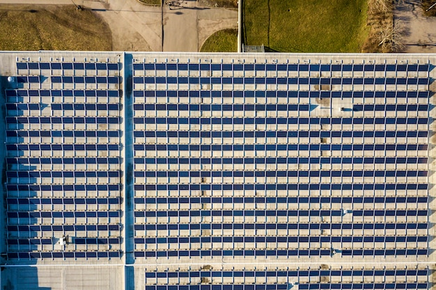Vista superior del sistema de paneles fotovoltaicos solares brillantes azules que produce energía renovable abstracta
