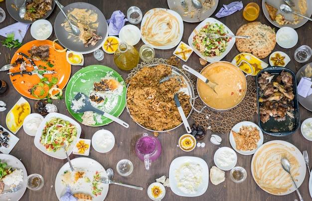Vista superior de las sobras de comida en la mesa