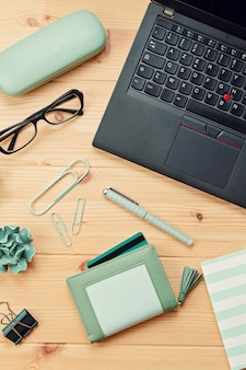 Vista superior sobre laptop y cartera con tarjetas de crédito