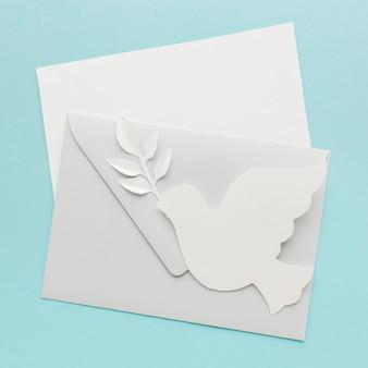 Vista superior del sobre con paloma de papel