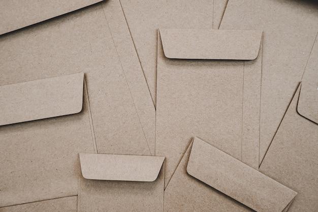 Vista superior del sobre de papel marrón. endecha plana de muchos sobres de papel marrón superpuestos. papelería estilo minimalista.