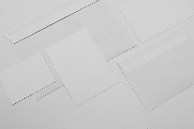 Vista superior de sobres blancos y hojas de papel