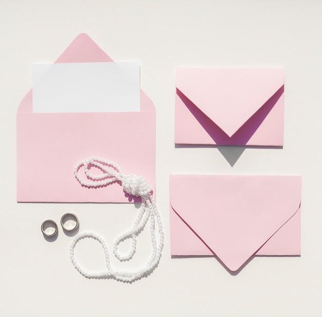 Vista superior de sobres de color rosa para invitaciones de boda