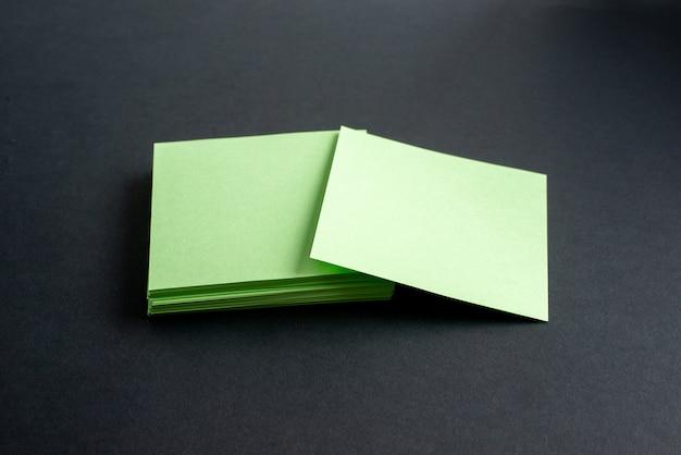 Vista superior de sobres verdes sobre fondo negro aislado con espacio libre