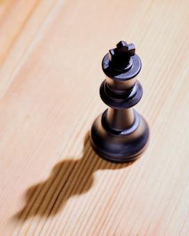 Vista superior de una sola pieza de ajedrez rey