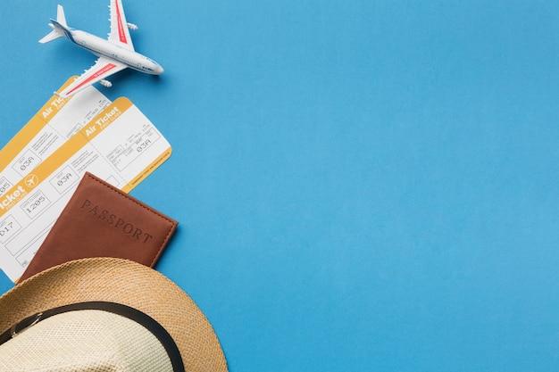Vista superior del sombrero y elementos esenciales de viaje con espacio de copia