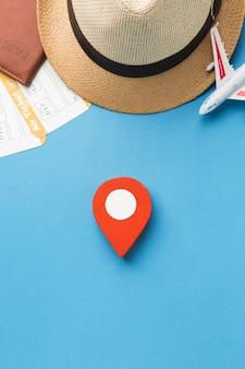Vista superior del sombrero y elementos esenciales de viaje con punta
