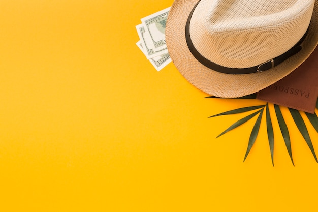 Vista superior del sombrero y pasaporte con dinero y espacio de copia