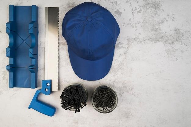 Vista superior sombrero de trabajadores con tornillos