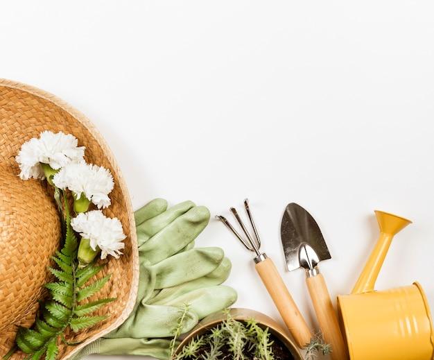 Vista superior del sombrero de verano y herramientas de jardinería