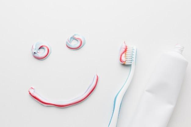 Vista superior de la sonrisa de pasta de dientes