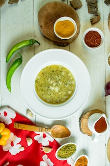 Vista superior de la sopa de albóndigas dushbara en un plato blanco