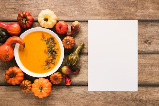 Vista superior de sopa de calabaza con espacio de copia