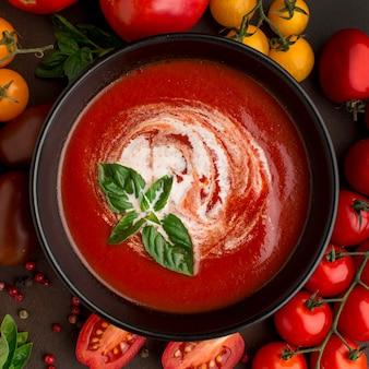 Vista superior de la sopa de tomate de invierno en un tazón con tomates