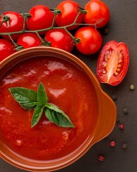 Vista superior de la sopa de tomate de invierno en un tazón