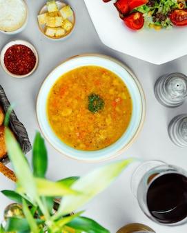 Vista superior de sopa de verduras con brócoli, pepino, patata y tomate