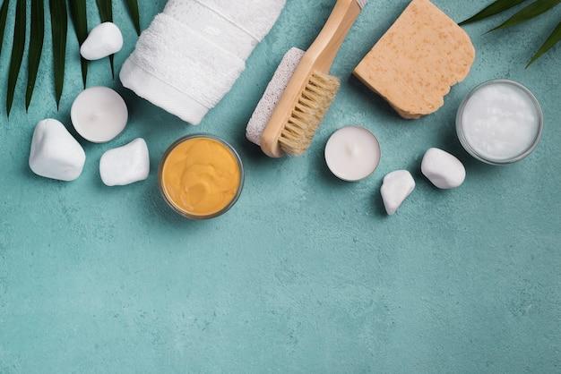 Vista superior spa cepillo con jabón y velas