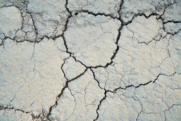 Vista superior del suelo dividido en grandes partes. concepto de textura agrietada por sequía.