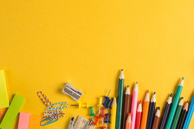 Vista superior de suministros escolares y de oficina