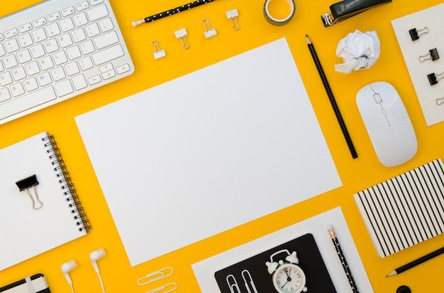 Vista superior de suministros de oficina con teclado y mouse