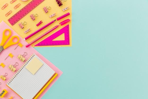 Vista superior de suministros de papelería con espacio de copia