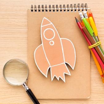 Vista superior de suministros para el regreso a la escuela con cuaderno y lápices