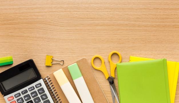 Vista superior de los suministros de regreso a la escuela con libros y calculadora